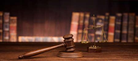 Photo pour law theme, mallet of the judge, justice scale, books, wooden desk - image libre de droit