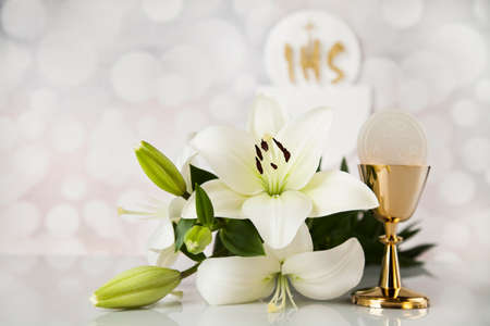 Photo pour Holy communion a golden chalice with grapes and bread wafers - image libre de droit
