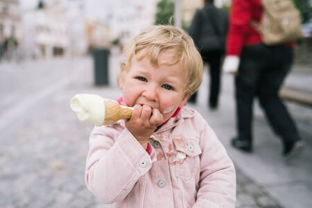Photo pour Portrait of little girl with ice cream - image libre de droit