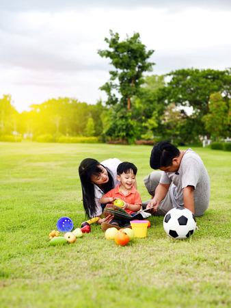 Photo pour Happy family - image libre de droit