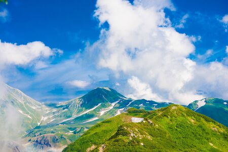 Photo pour Mountain view of Tateyama in Toyama, Japan. Toyama is one of the important cities in Japan for cultures and business markets. - image libre de droit