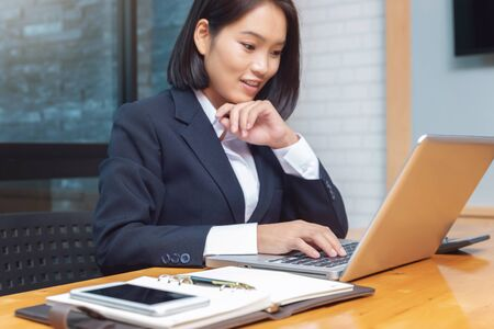 Photo pour Business woman working with calculator in cafe. - image libre de droit
