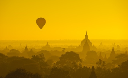 Photo pour Sunrise over ancient Bagan, Myanmar - image libre de droit
