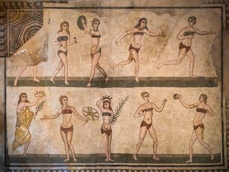 Photo pour Bikini girls mosaics in Villa Romana del Casale, Piazza Armerina, Sicilia, Italy. - image libre de droit