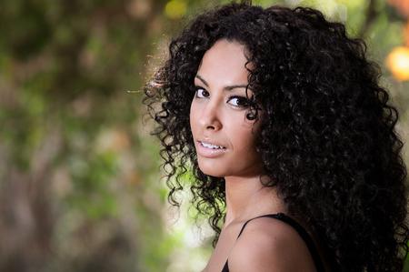 Photo pour Portrait of a young black woman, afro hairstyle, in urban background - image libre de droit