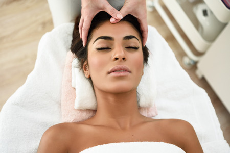 Foto per Arab woman receiving head massage in spa wellness center. Beauty and Aesthetic concepts. - Immagine Royalty Free