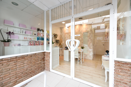 Foto de Beauty center, wellness and spa salon entrance. - Imagen libre de derechos