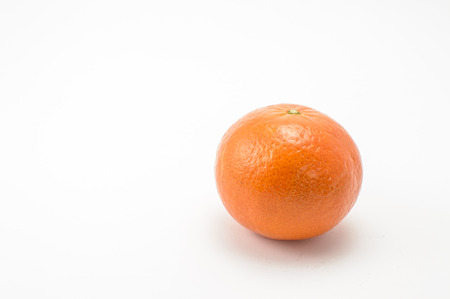 Mandarina derecho sobre el fondo blanco