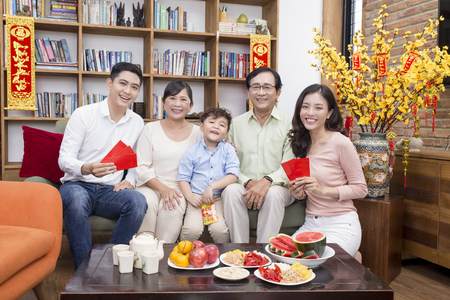 Photo pour Vietnamese family celebrate lunar new year - image libre de droit
