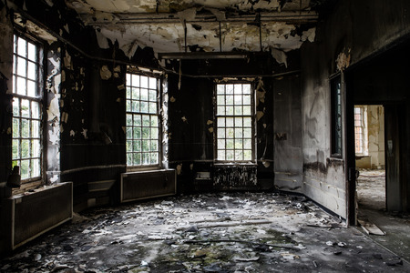Foto de inside view of a deserted run down building after a fire - Imagen libre de derechos