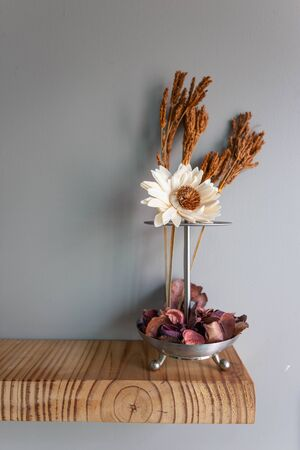 Photo pour Home interior decor in grey walls and wood table : stainless vase with dry flowers, Living room decoration. Rustic still life. - image libre de droit