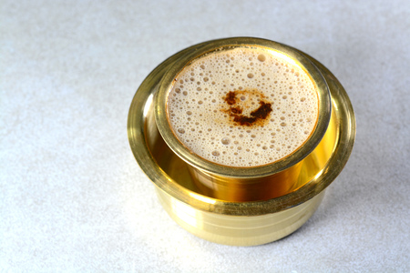 Photo pour Indian Filter Coffee served in brass cup and saucer - image libre de droit