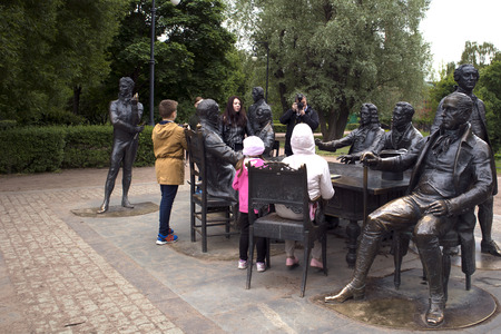 Foto de Saint-Petersburg, Russia, June 8, 2018. People make photos near the sculptural ensemble depicting famous architects of Saint-Petersburg - Imagen libre de derechos
