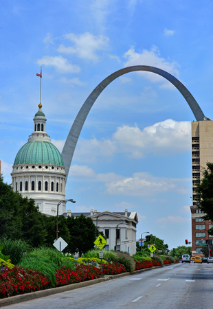 Photo pour Downtown St. Louis, Missouri with the Gateway Arch. - image libre de droit