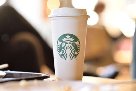 Photo pour PENANG, MALAYSIA - 09 JUNE 2019: Starbucks take away coffee cup with logo, bokeh interior background. Starbucks is the world's largest coffee house with over 20,000 stores in 61 countries. - image libre de droit