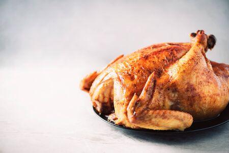 Photo pour Whole roasted chicken in baking dish. Top view. Copy space. Macro shoot - image libre de droit