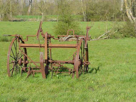 Roues de machine agricole ancienne, rouillées, sur un pré