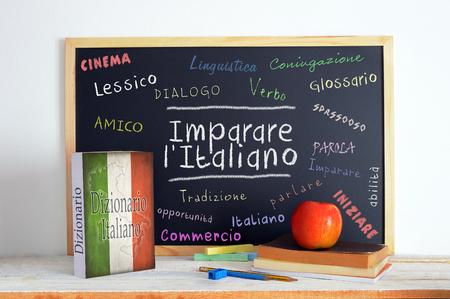 Foto de Blackboard in an Italian language classroom with the message LEARN ITALIAN (Imparare l' Italiano) and some other linguistic words. - Imagen libre de derechos
