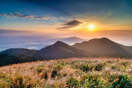Photo pour Sunset scenery of Yangmingshan , in Taipei city, Taiwan - image libre de droit
