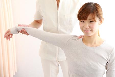 Foto de young Japanese woman getting chiropractic - Imagen libre de derechos