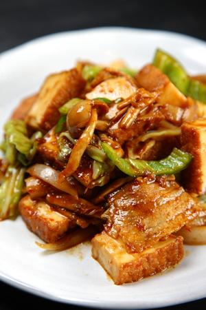 Photo pour Stir-fried pork and thick fried tofu - image libre de droit