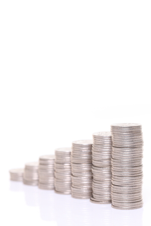 Photo pour increasing columns of Japanese 100yen coins isolated on white background - image libre de droit