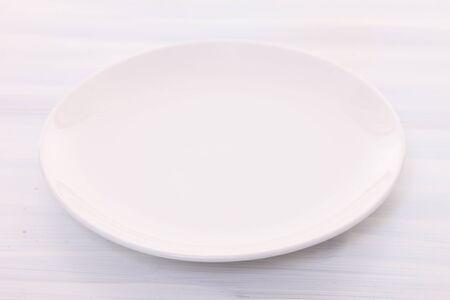 Photo pour empty dish on a dining table - image libre de droit