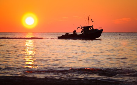 Photo pour A lobster fishing boat is going to fetch his trap at early morning in Gaspesie, Quebec, Canada - image libre de droit