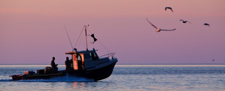 Photo pour Panoramic shoot of a lobster fishing boat when his going to fetch his trap at early morning in Gaspesie, Quebec, Canada - image libre de droit