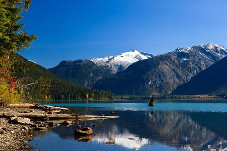 Photo pour Mountain reflection on Cheakamus Lake at fall. - image libre de droit