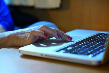 Photo pour Woman's hands working on computer keyboard - image libre de droit