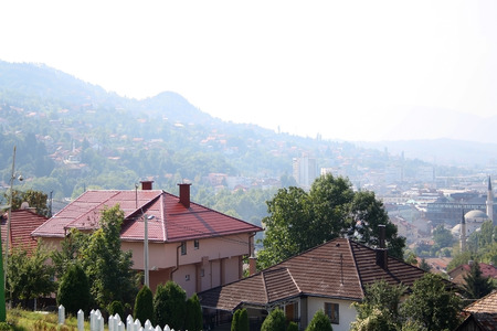Photo pour Aerial view of Sarajevo, Bosnia and Herzegovina, from Yellow Fortress on sunny day. - image libre de droit