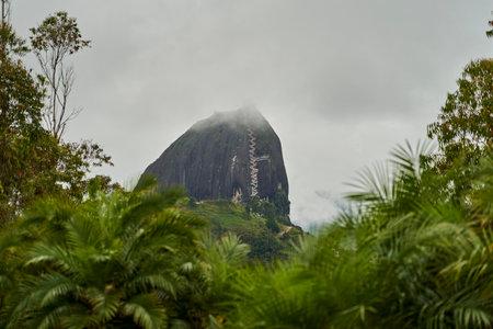 Photo pour The Rock of Guatape, El Penon de Guatape, also La Piedra or El Penol, is a landmark inselberg also known as The Stone of El Penol, La Piedra del Penol in Colombia with a long staircase to the top - image libre de droit