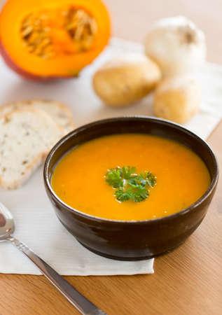 Photo pour Homemade pumpkin soup with parsley - image libre de droit