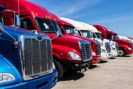 Foto de Indianapolis - Circa June 2017: Colorful Semi Tractor Trailer Trucks Lined up for Sale IX - Imagen libre de derechos