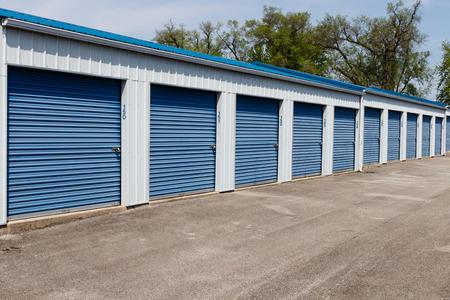 Photo pour Numbered self storage and mini storage garage units - image libre de droit