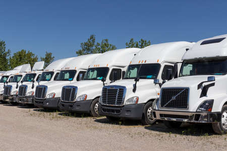 Photo pour Indianapolis - Circa June 2020: Freightliner and Volvo Semi Tractor Trailer Trucks Lined up for Sale. Freightliner is owned by Daimler. - image libre de droit