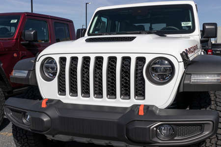 Photo pour Indianapolis - Circa March 2021: Jeep Wrangler display at a Chrysler dealership. The Stellantis subsidiaries of FCA are Chrysler, Dodge, Jeep, and Ram. - image libre de droit