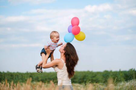 Foto de Mother and toddler son playing outdoors - Imagen libre de derechos