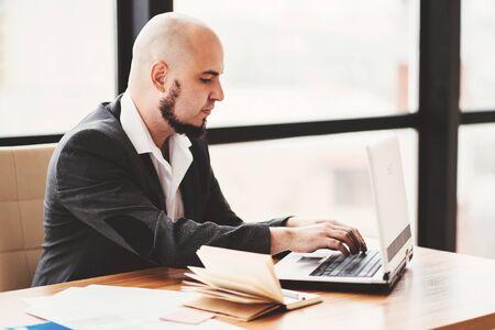Photo pour Businessman supporting client online - image libre de droit