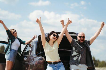 Photo pour Three friends enjoying vacation travel by car - image libre de droit