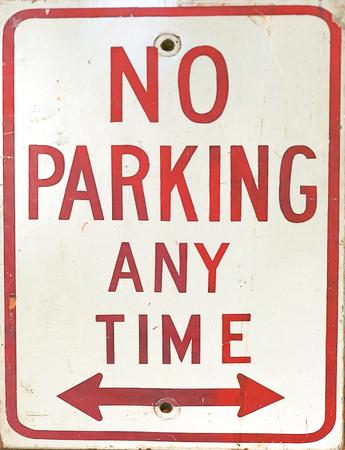 Photo pour A close up of a no parking anytime sign with arrows. - image libre de droit