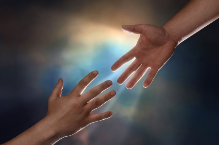 Foto de Two male hands; one reaching down to assist another hand reaching up with sunburst in the background - Imagen libre de derechos