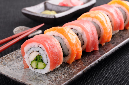 Foto de Salmon & tuna sushi roll on a plate - Imagen libre de derechos