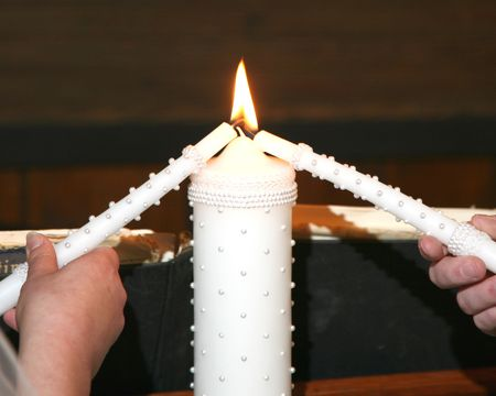 Foto de Lighting the unity candle at a wedding - Imagen libre de derechos
