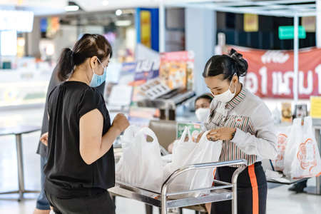 Photo pour KANCHANABURI/THAILAND-APRIL 28,2020 : Atmosphere of ordering food to be taken back to eat at home in the situation of the spread of the corona virus (Covid-19) at Robinson Department Store. - image libre de droit