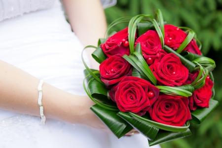 Photo pour Wedding bouquet of bride's hands - image libre de droit