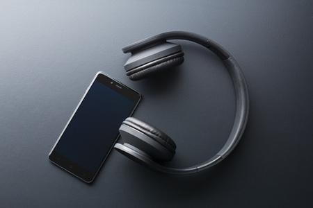 Photo pour the cellphone and wireless headphones - image libre de droit