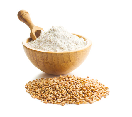 Photo pour Whole grain wheat flour and wheat grains in bowl isolated on white background. - image libre de droit