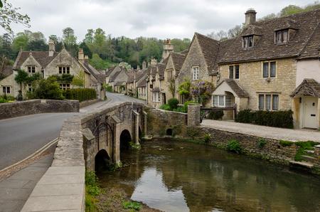 Photo pour Cotswold village of Castle Combe, England - image libre de droit